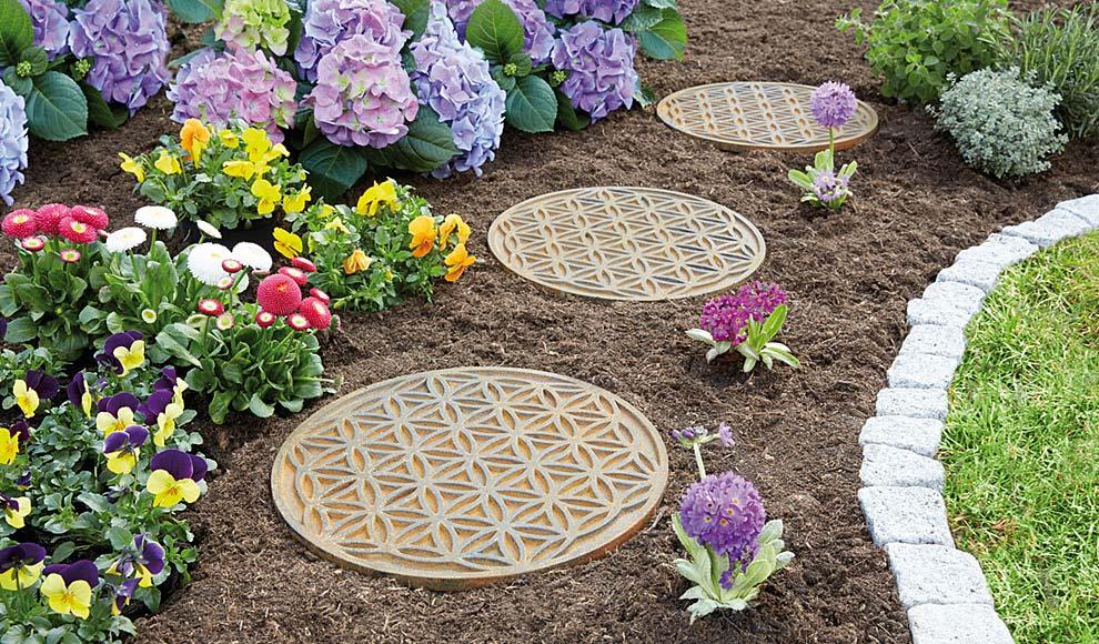 Produkt: Beetplatten in der Form des Blume des Lebens in einem bunten Blumenbeet