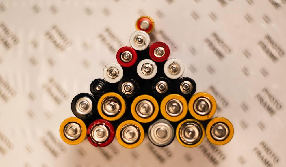 Einige Batterien in verschiedenen Größen wurden zu einer Pyramide angeordnet.