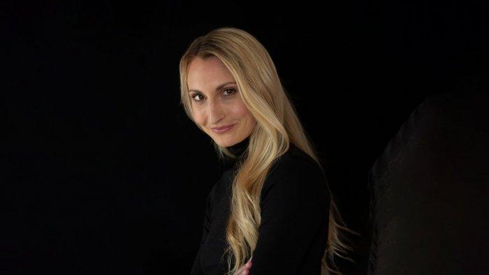 Portrait von Daniela Otto vor schwarzem Hintergrund