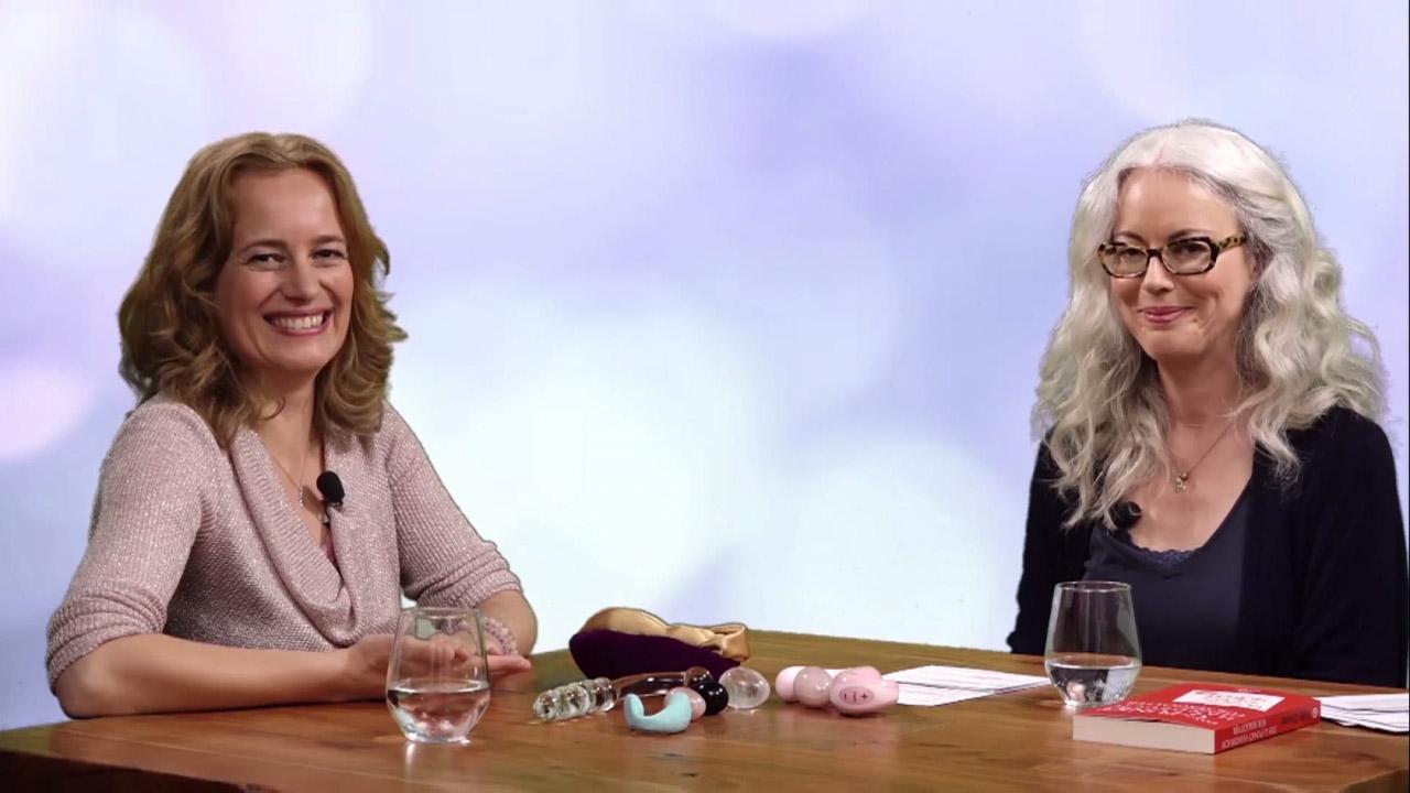 Yella Cremer und die Moderatorin sitzen an einem Tisch und lächeln in die Kamera