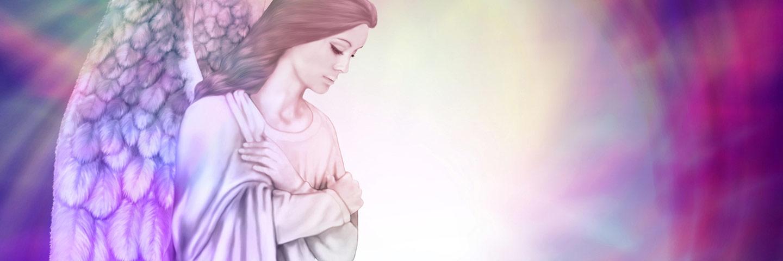 Ein Engel mit violetten Flügeln verschränkt die Arme und blickt nach unten