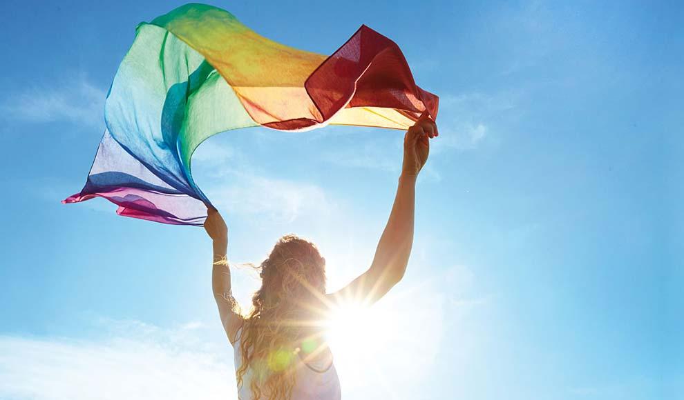 Frau mit Schal in Regenbogenfarben